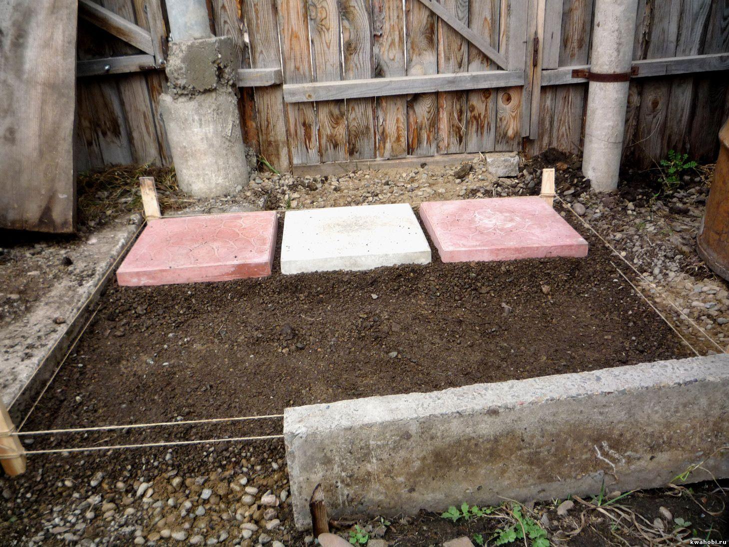 укладываем плитки садовой дорожки по уровню, чередуя цвета