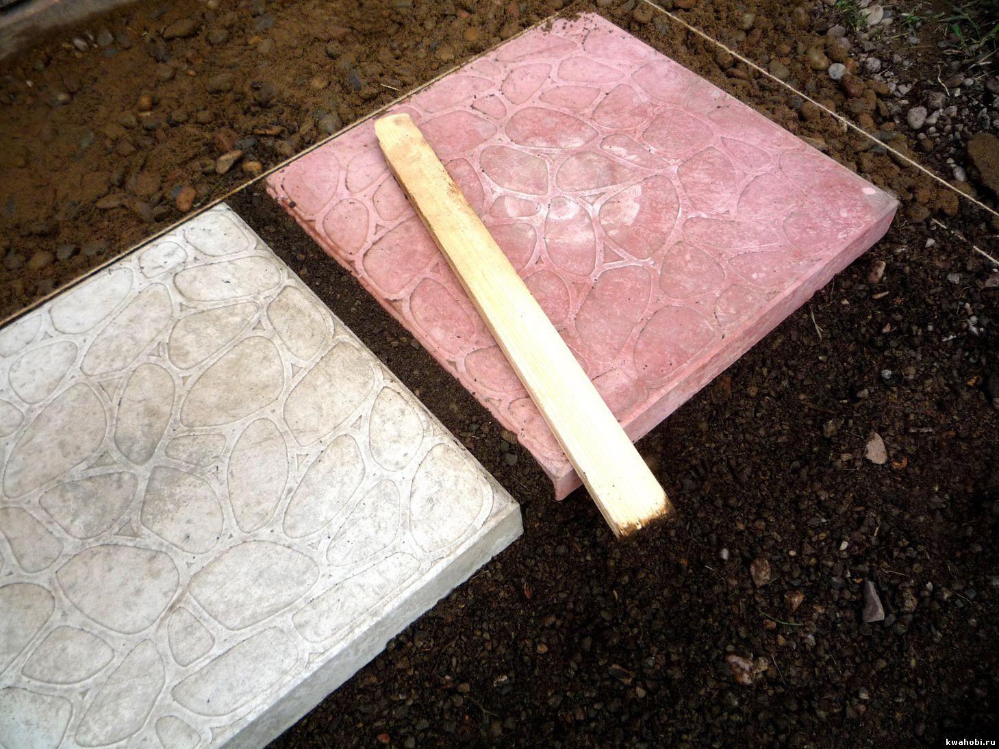 трамбуем песок между плитками садовой дорожки