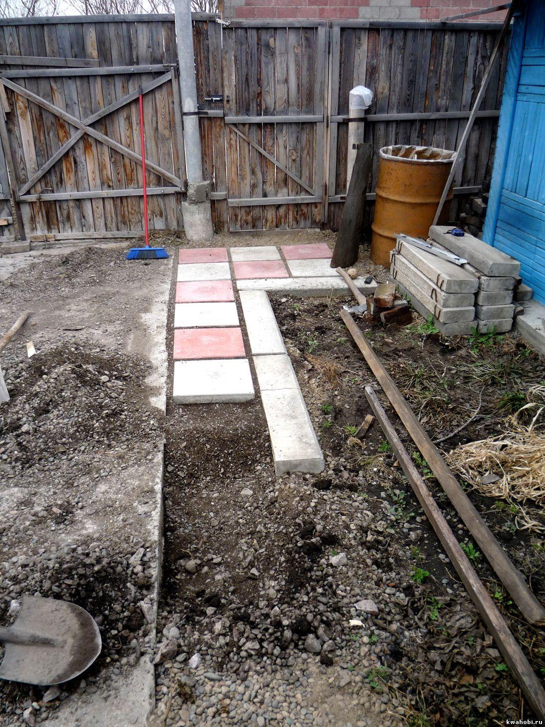 поребрики формируют садовую дорожку и не дают сдвигаться плиткам