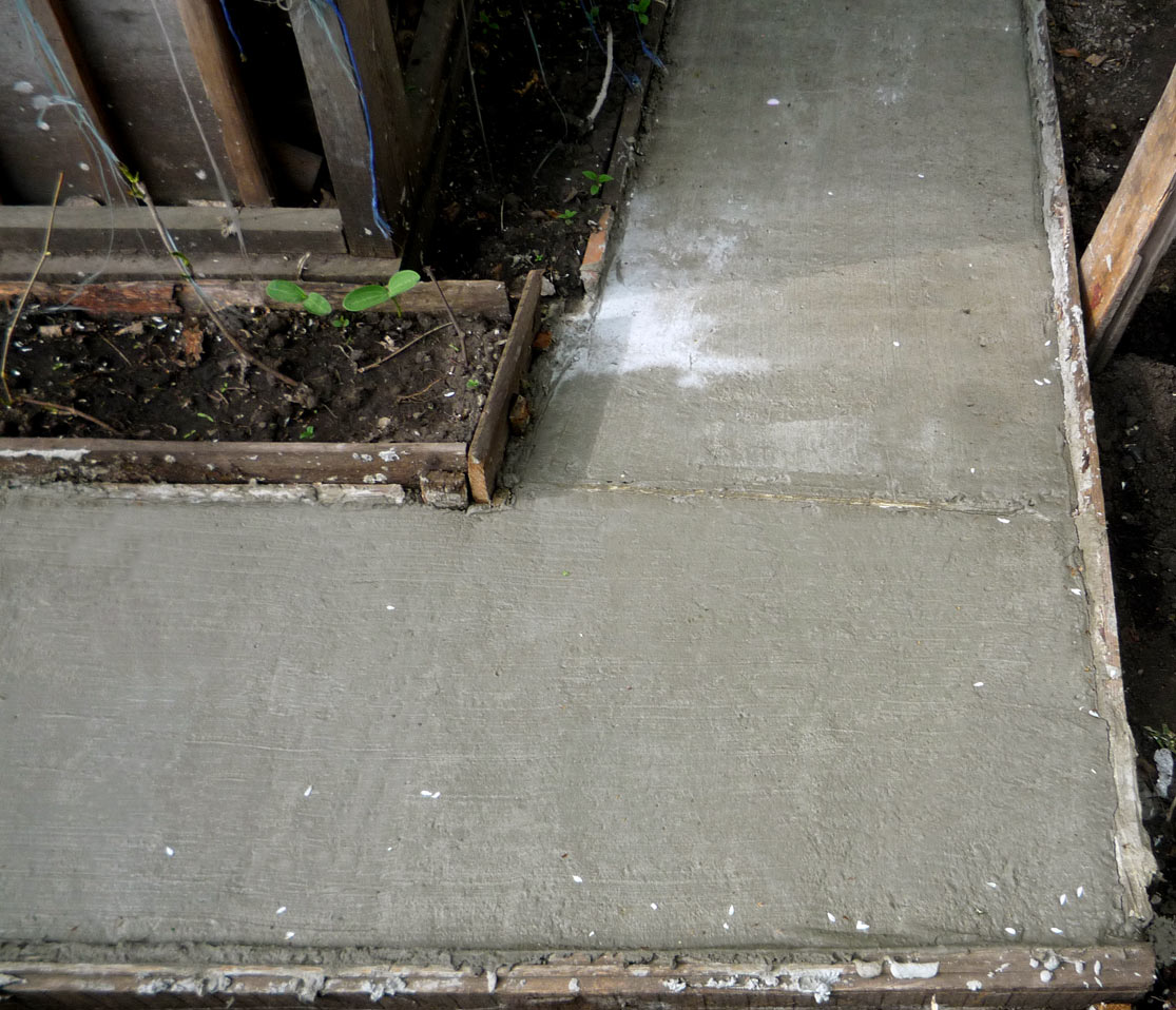 использование планки при заливке садовой дорожки бетоном свими руками