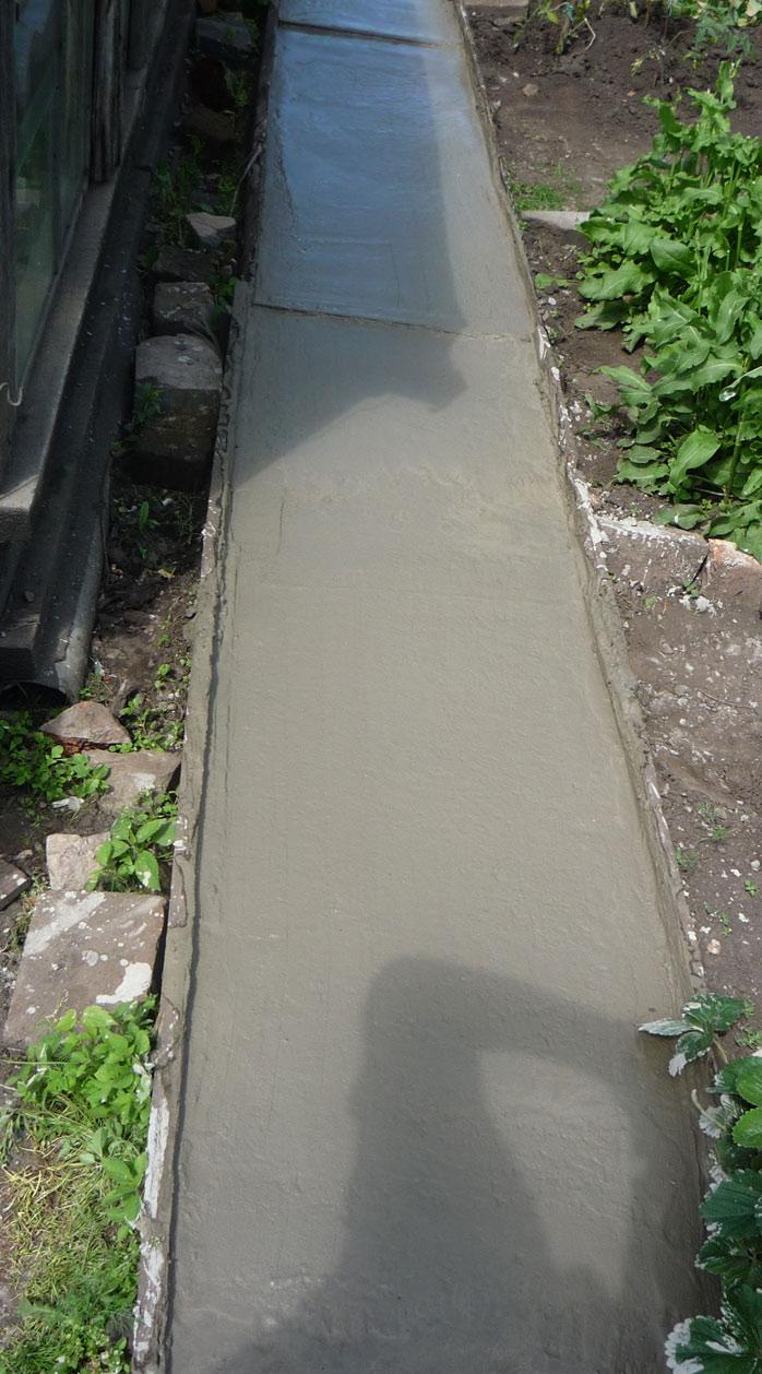 садовая дорожка только-что залита бетоном
