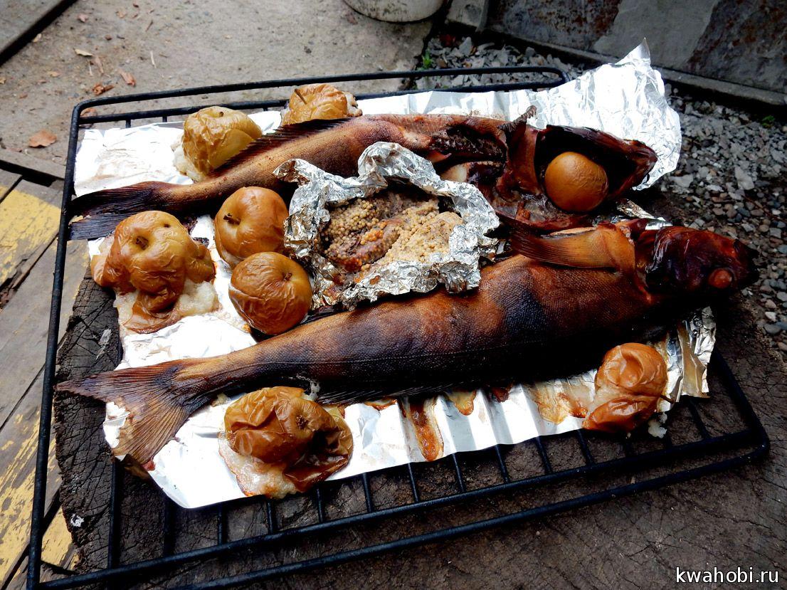 Терпуг горячего копчения с икрой и яблоками на фольге в печи коптильне из кирпича
