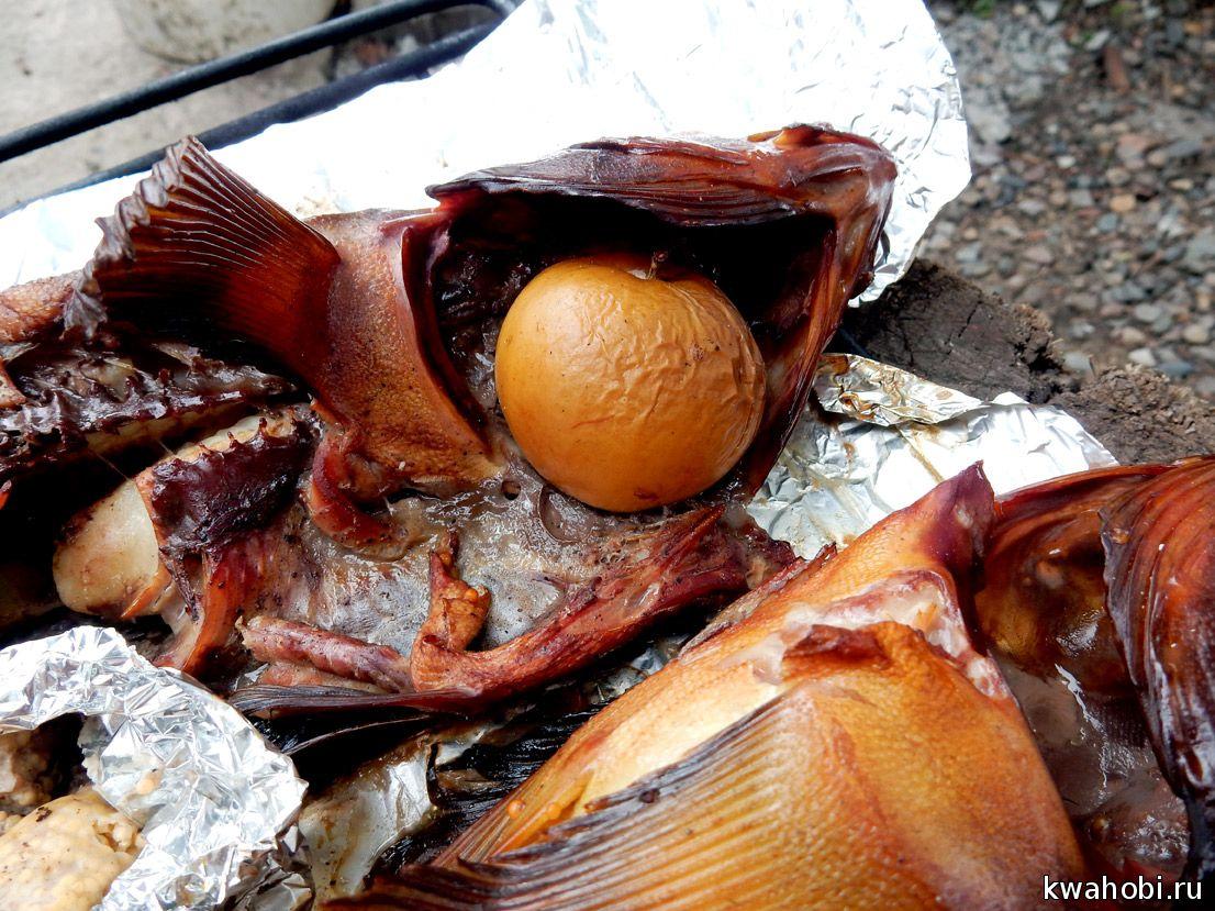 рыба горячего копчения на фольге с яблоками в печи коптилке из кирпича