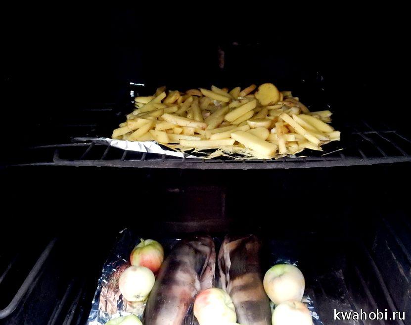 печено-копчёный картофель на фольге в кирпичной печи коптильне