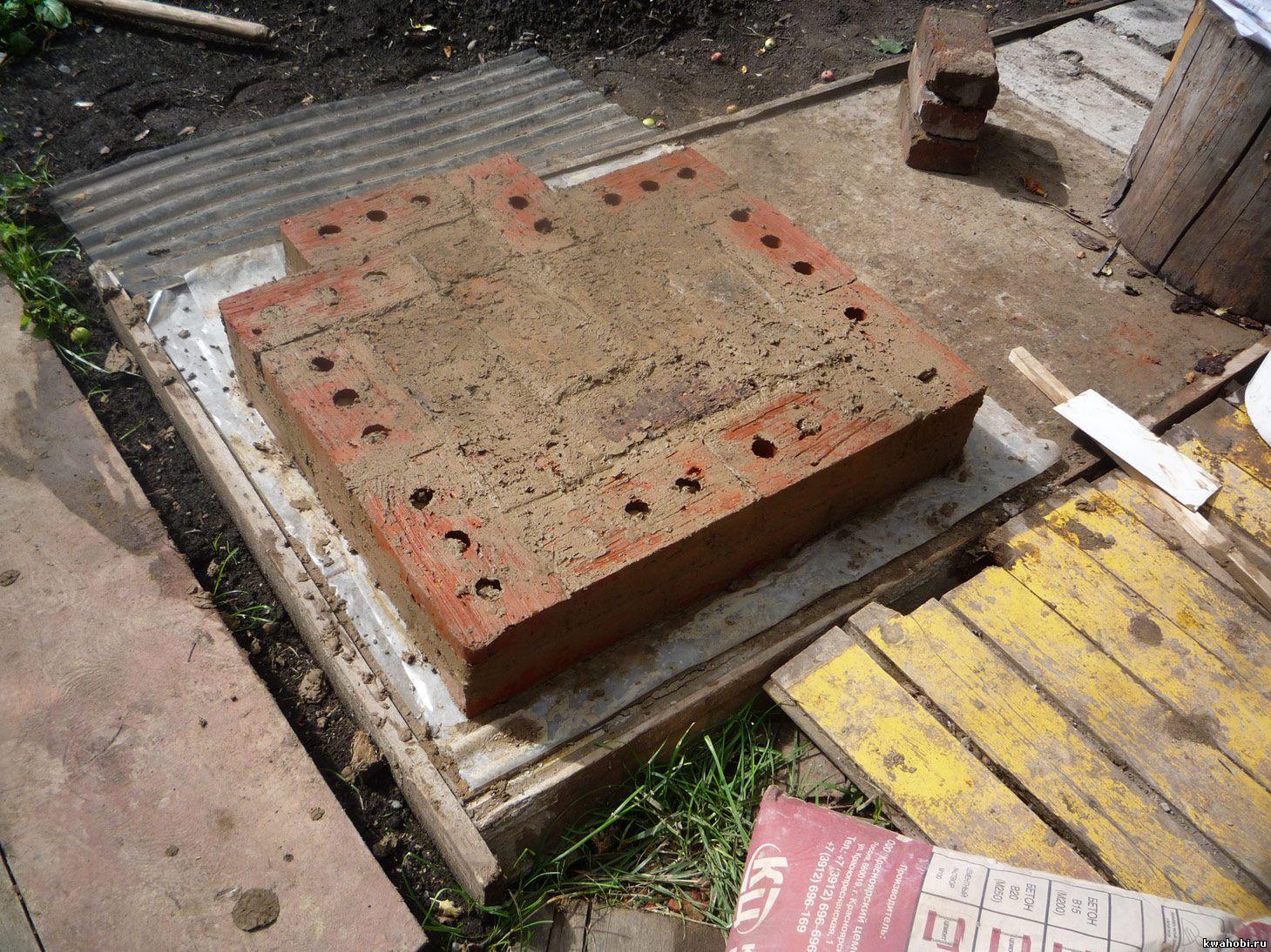 первый ряд кирпичей укладывается на плёнку уличная печь с мангалом и коптильней из кирпича самому