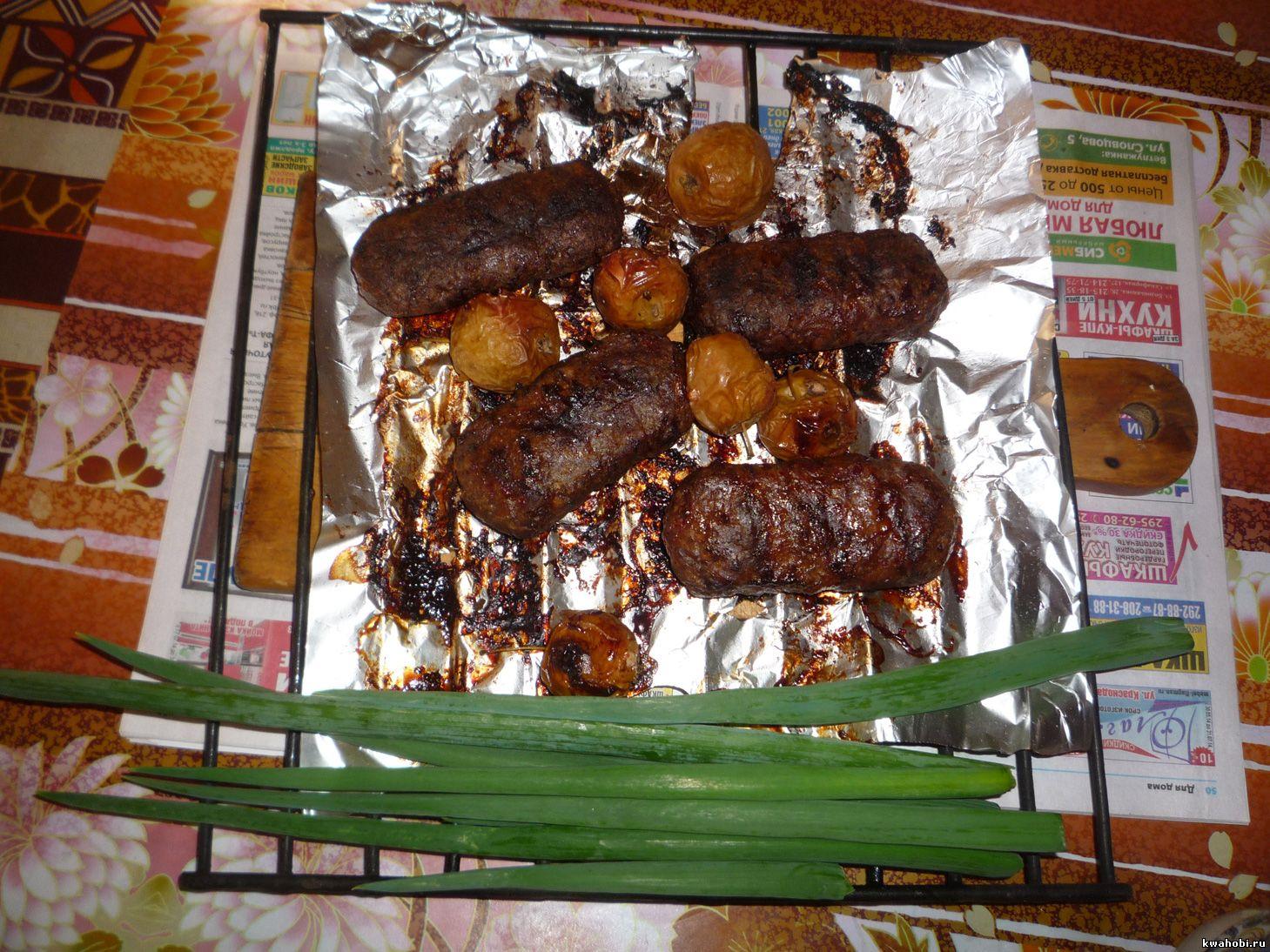 уличная печь с мангалом и коптильней крученое мясо