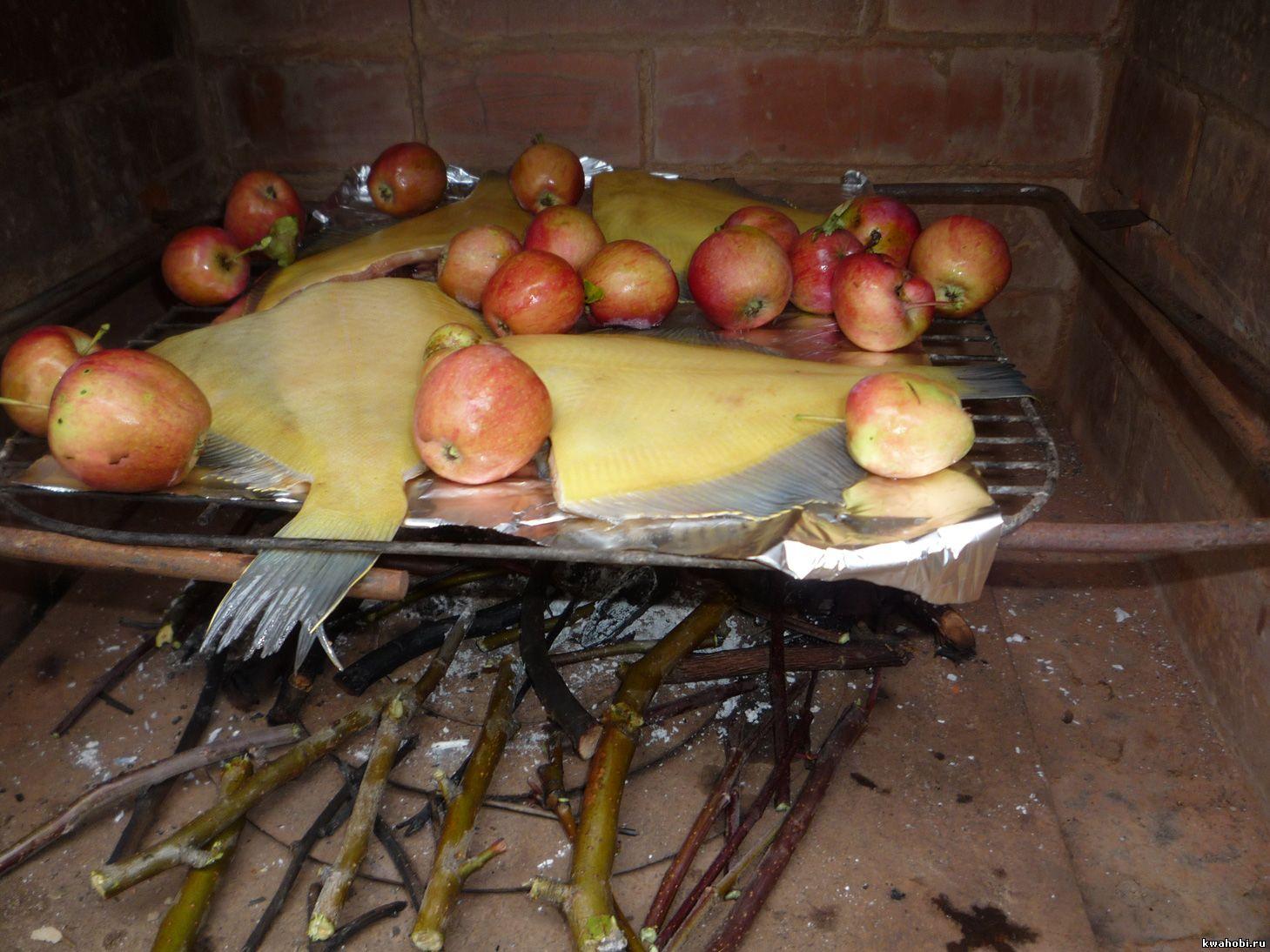 уличная печь с мангалом и коптильней готовим камбалу