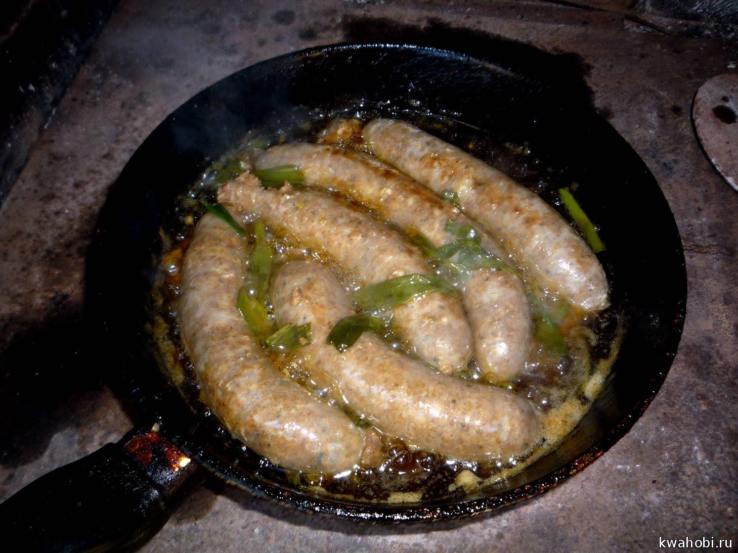 колбаски кручённые, приготовленные в печи-мангале-коптилке на сковороде
