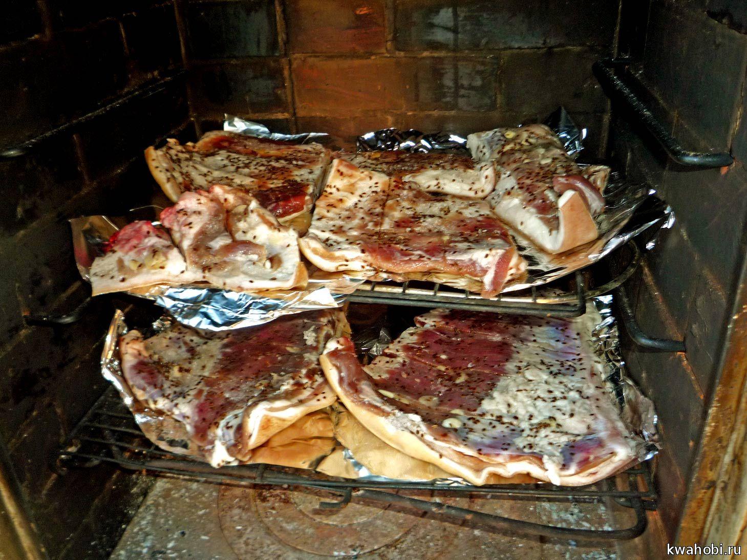 сало готово для горячего копчения в кирпичной печи-мангале коптилке