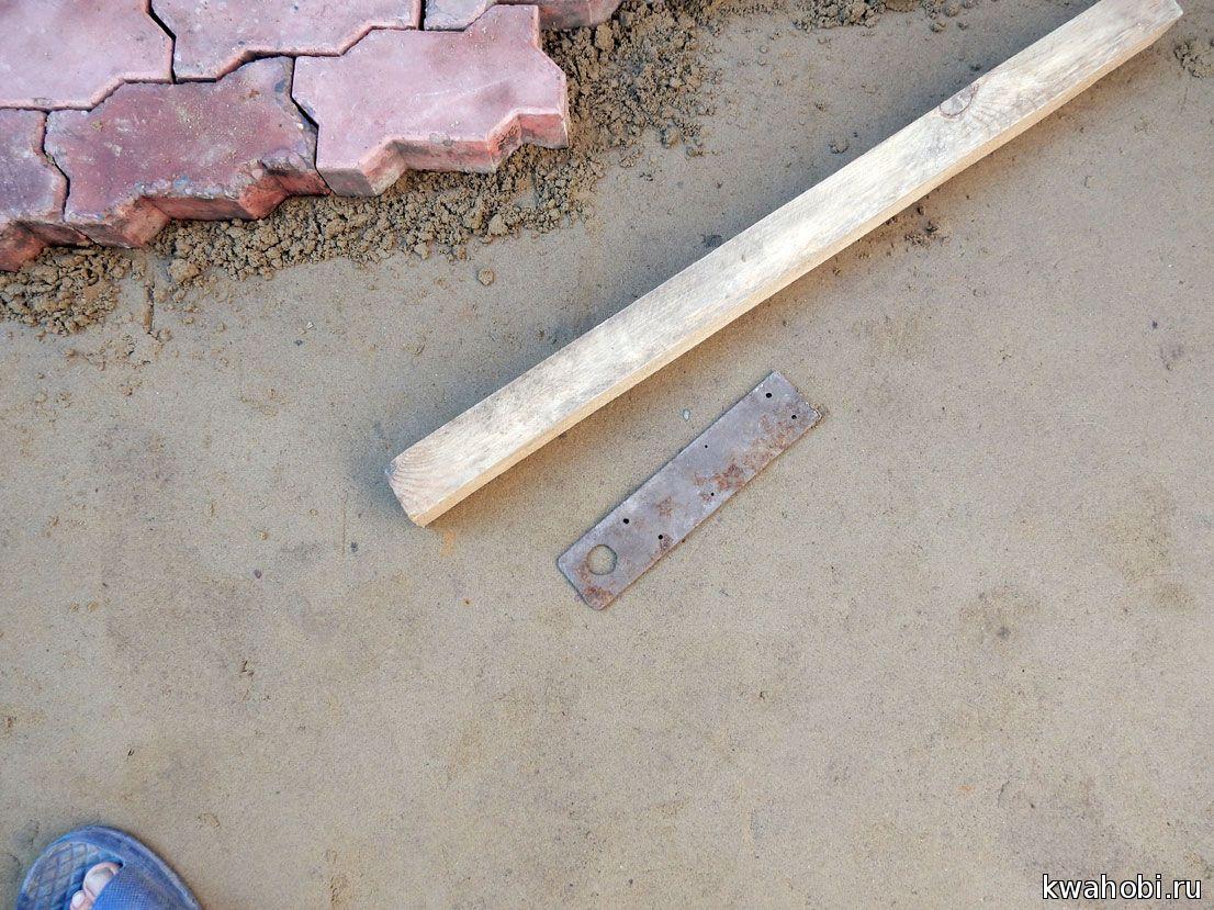 вместо киянки небольшой брусок. А, металлическая полоска нужна для выракнивания зазоров между бордюрными камнями