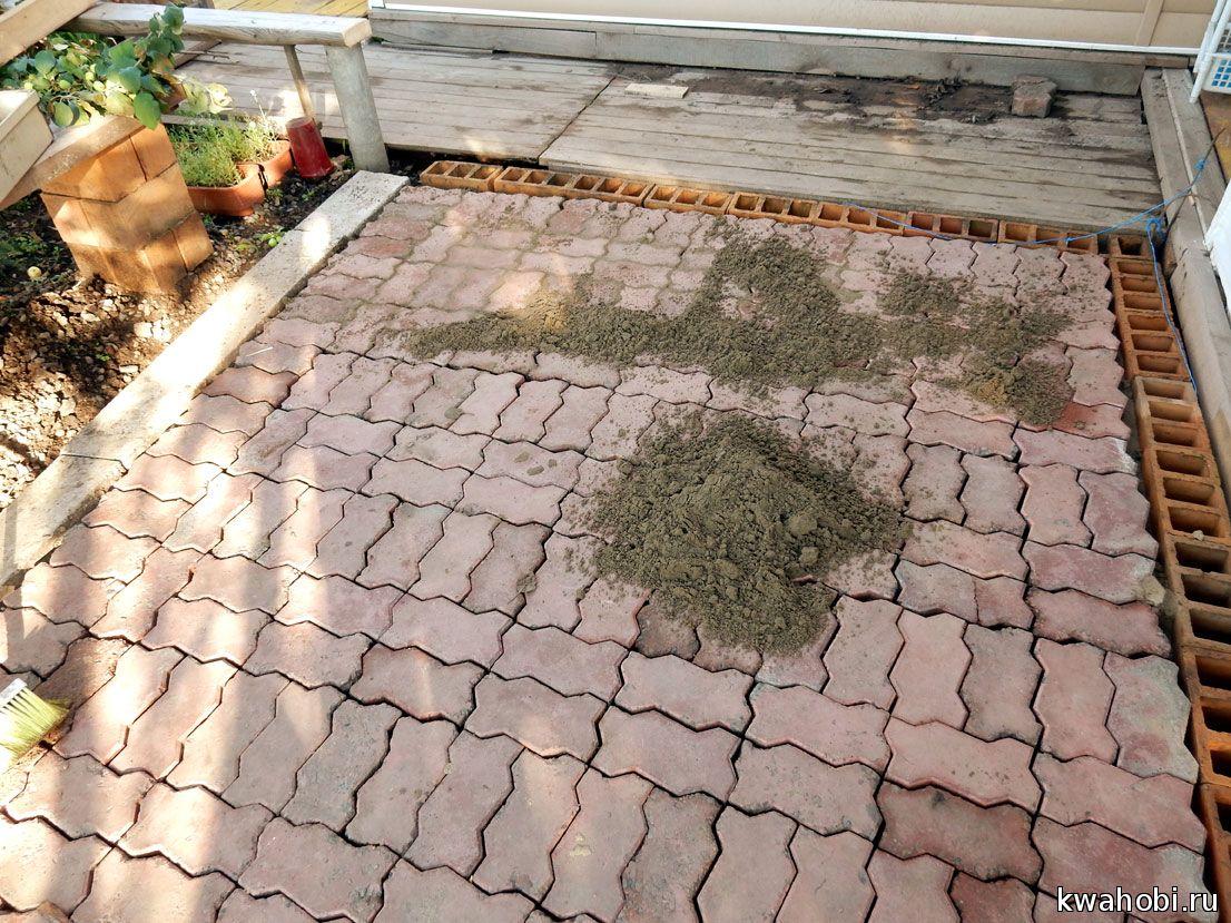 песок нужен мелкий и только сухой, для подсыпки между брусчаткой