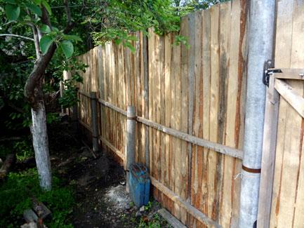 Крепление деревянного забора к столбам из асбестоцементных труб
