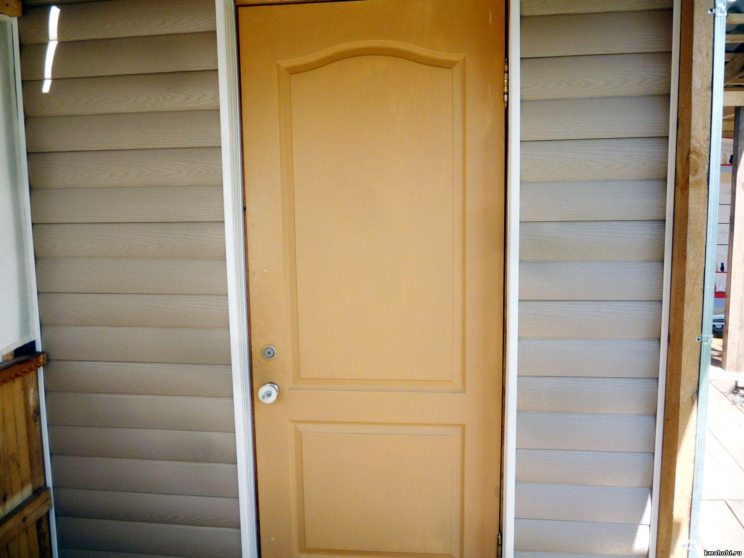 стена у входной двери, сайдинг