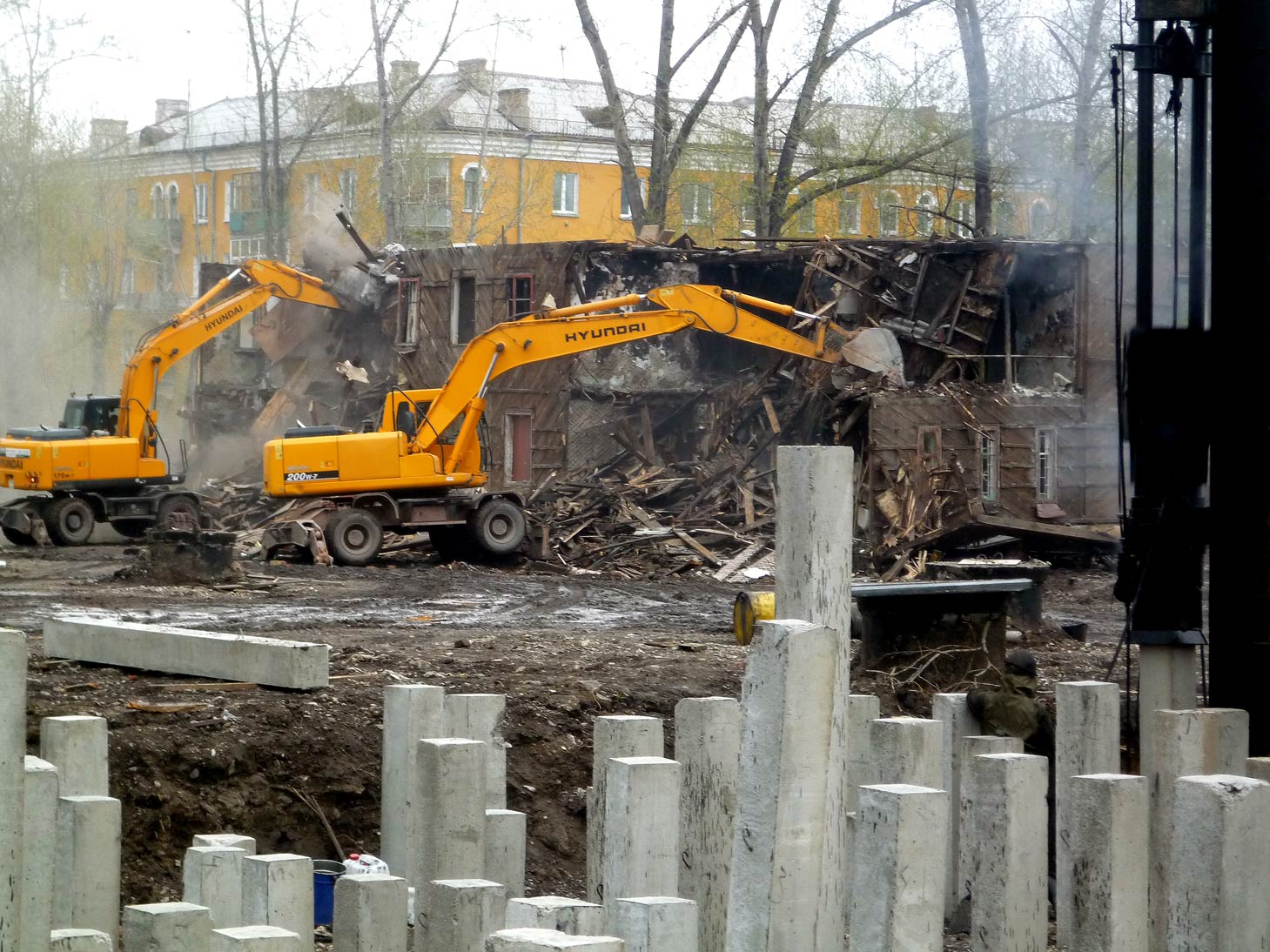 Слом старого деревянного дома экскаваторами