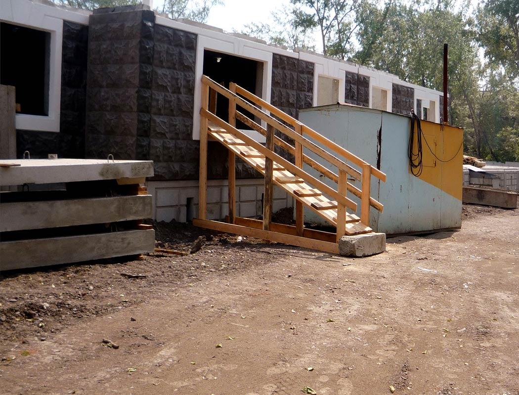 строительство панельного дома.Временная лестница